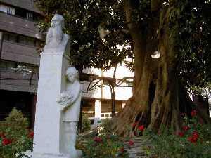 20110205095242-codorniu-monumento-en-plaza-santo-domingo-de-murcia.jpg