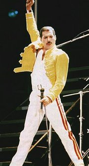 20110906094521-freddie-mercury-06-live-at-wembley.jpg