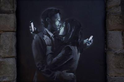 20150103111941-banksy-mobile-lovers.jpg